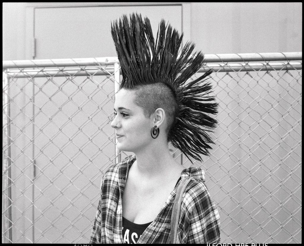 mujer con cresta punk